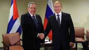 El presidente cubano Raúl Castro (izda), se da la mano con su homólogo ruso, Vladimir Putin, durante un encuentro en la capital de Rusia, Moscú, 9 de mayo de 2015. Foto: hispantv.com