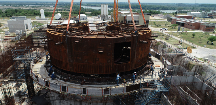 El montaje de un nuevo módulo marca otro hito en la construcción del reactor nacional CAREM